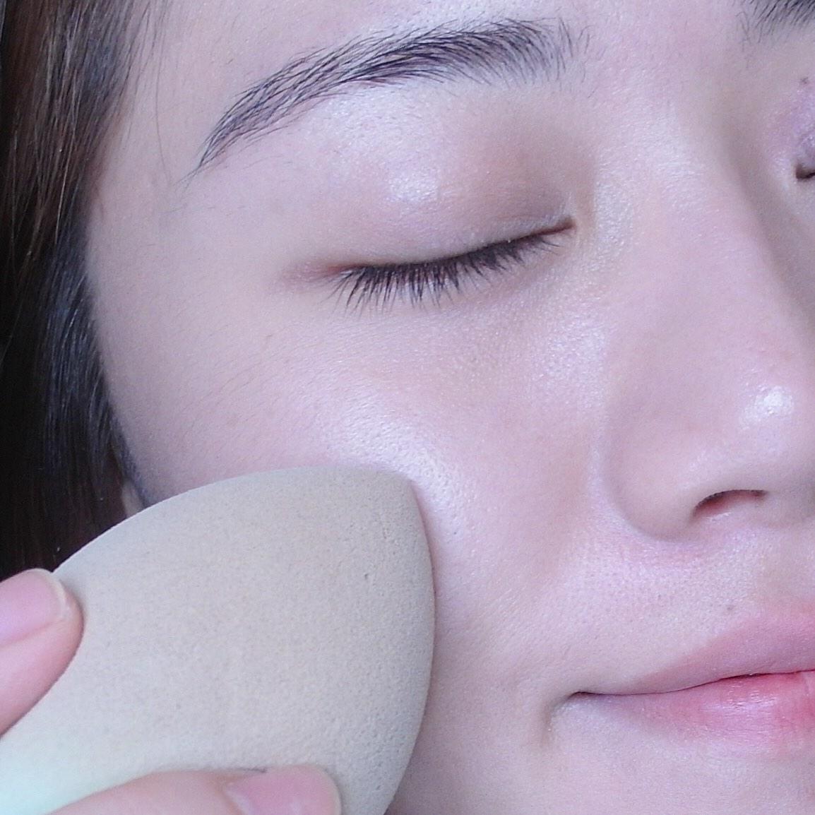 將粉底均勻點在臉上,但不要一次用太多喔!少量多次的上妝方式才會讓妝感看起來更輕薄自然,使用沾濕的美妝蛋輕拍上妝,上妝的力道不要太大力。