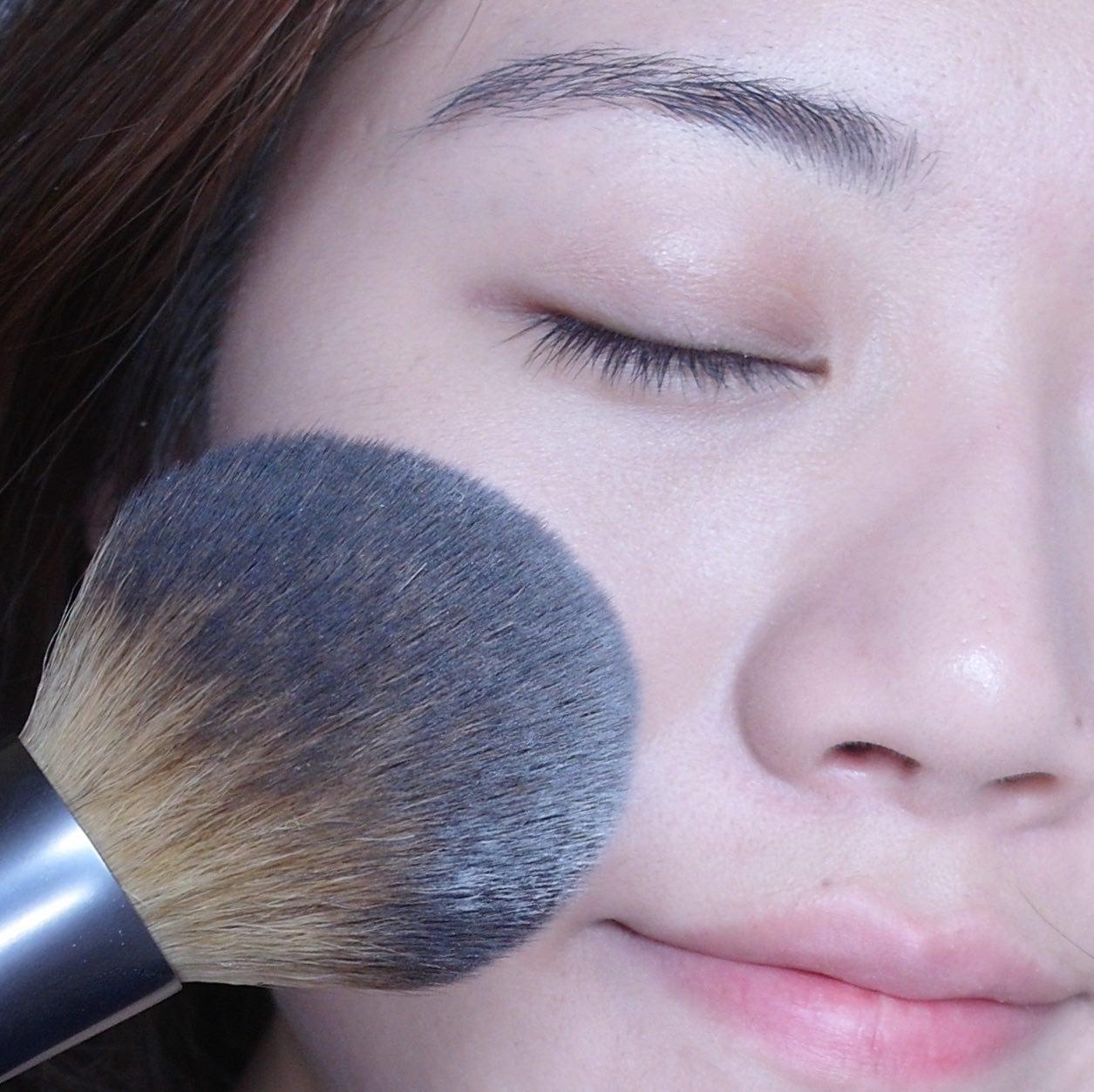 最後如果需要定妝的話,定妝產品使用蜜粉最為適合,且蜜粉刷是最好的定妝工具,因為使用粉撲的話較容易一次沾取太多的蜜粉或粉餅,上妝會讓妝感看起來厚重,這樣我們前面的努力揪功虧一簣了呀! 定妝的時候,不一定要整臉定妝,針對較易出油的部位做定妝就可以嘍!