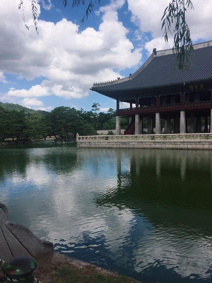 #景福宮  景福宮裡一個必看的景點就是慶會樓,慶會樓是以前宴會的地點,所以周圍的景色相當好,天氣好的時候湖水面映著慶會樓的樣子相當的美,如果春天來的話也可以看到一整排的櫻花,是景福宮裡數一數二的熱門景點。