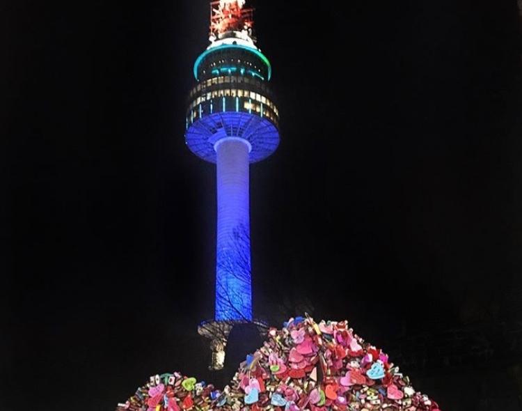 #首爾塔 來到首爾,第一個想到的當然就是首爾塔了,在南山的首爾塔是外國人必來的景點,能夠俯瞰整個首爾,不管是黃昏或是夜晚來都能看到很美的景。
