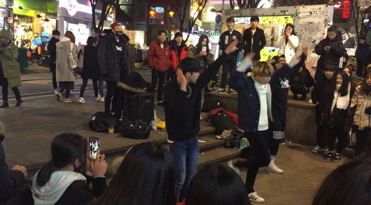 #弘大 梨大、弘大、新村這三個景點相當的近,可以在同一天一起去看看,弘大通常都會有韓國最新流行的時尚和美食,而弘大是越夜越熱鬧,建議大家可以在晚上去看看,周末晚上時街頭也會有些舞團的公演,可以感受到K-pop魅力。
