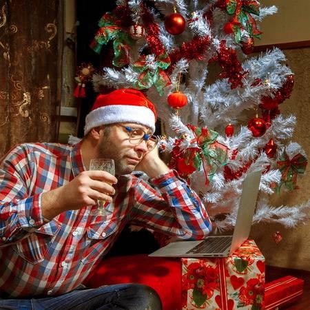 """最近,韓國某論壇有po文寫到:「快到年末大家應該都很幸福吧......只有""""我""""因為聖誕節快到,而心情變得很奇怪,悶悶不樂嗎?」"""