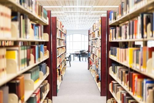 從以上內容來看,原PO和A可能是每天或是定期會在圖書館中讀書的人。 而且原PO正在觀察著A的一舉一動。