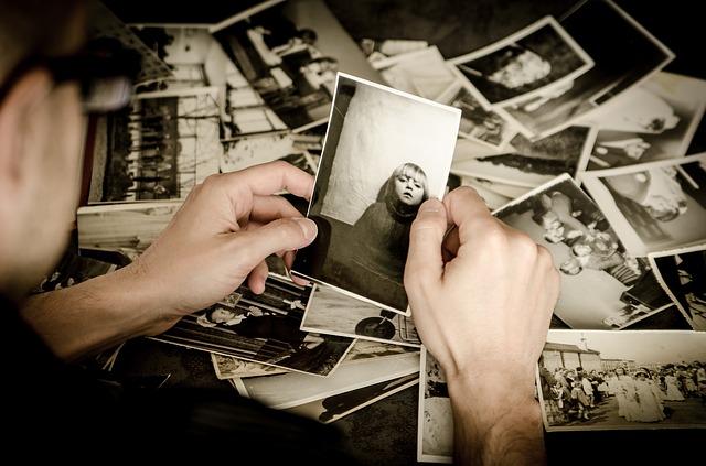 她和朋友一起去拍照,那是間滿高級的照相館,花費台幣約1300左右照30張照片,但只能從中選出兩張,她和朋友總共三個人去照,最後挑照片時,朋友竟然選了一張她閉眼、手還在空中晃動就被拍下來的照片。一般人看到都很明顯會覺得這張照片是失敗的照片,但她朋友卻說要選這張,因為那張朋友本人很好看...