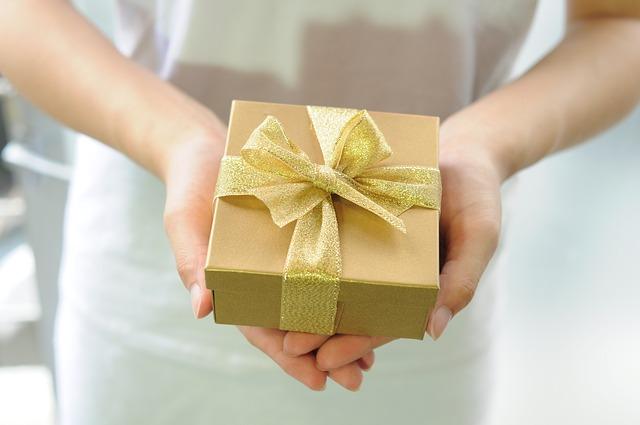 她在男友生日的時候,送了一個價值40萬韓圜(一萬多台幣)的禮物,這次到了自己的生日,卻從男友那收到了5萬韓圜左右的禮物(約一千多台幣)。這位女網友表示,雖然是她自己想買給男友才選了比較貴的禮物,但就算男友沒辦法給同等價值的禮物,起碼也該送個15萬韓圜(約四千多台幣)左右的吧!