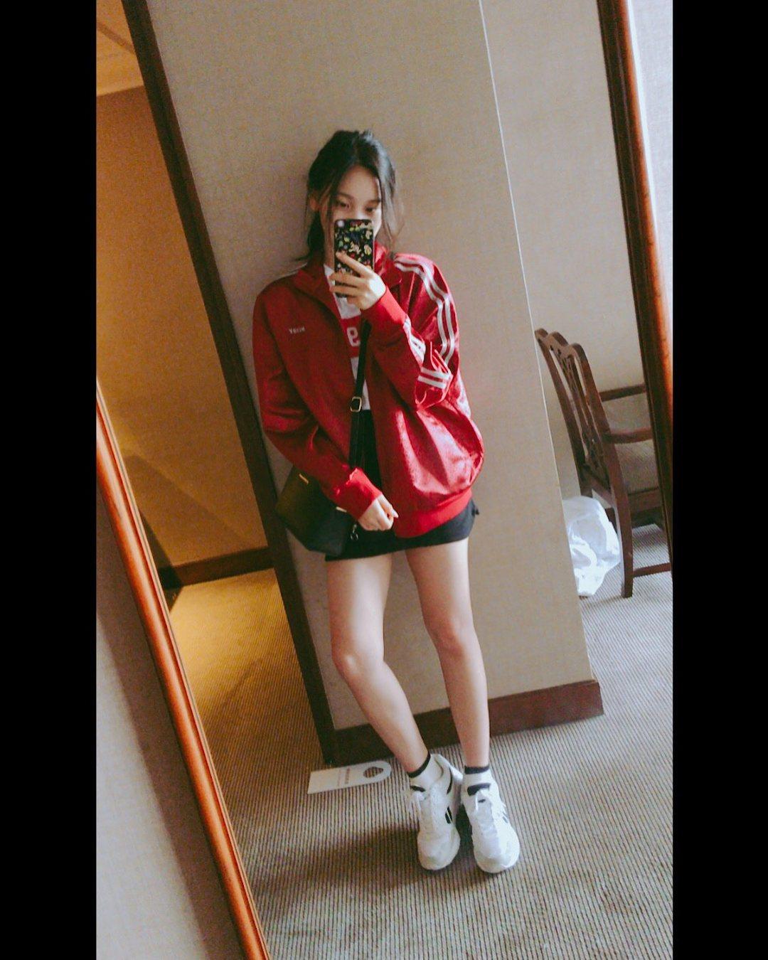 20歲代表-GFRIEDN(Umji): 20歲花樣年花,不少大學生都很喜歡輕鬆休閒的打扮,不妨試試看Umji私底下的穿搭吧!利用一件運動外套搭配T-Shirt和短裙,鞋子部分選擇一雙球鞋就能夠呈現休閒的運動風啦!