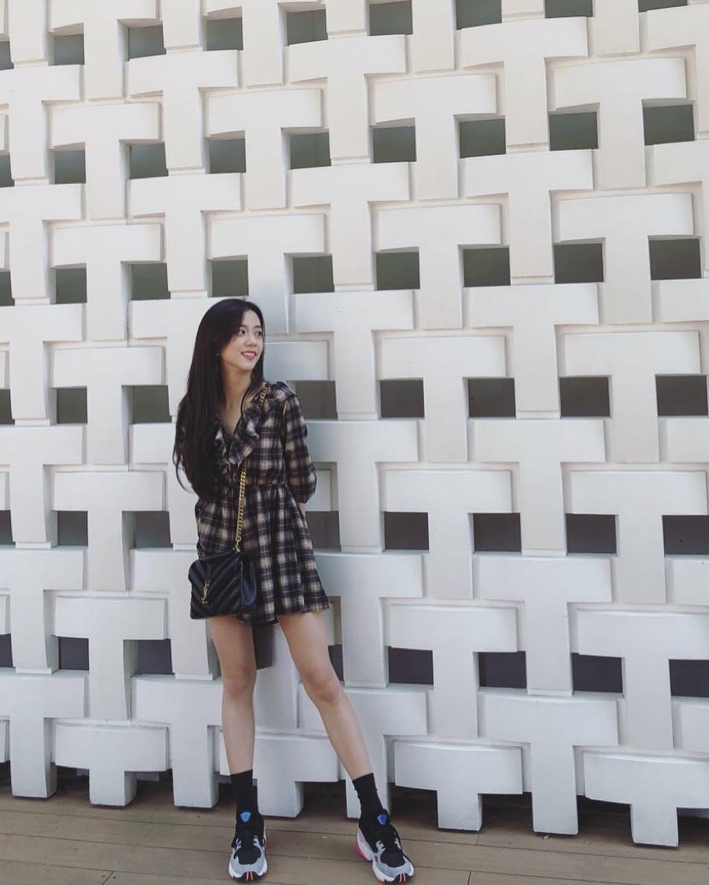 23歲代表-BLACKPINK(Jisoo): 23歲開始更了解自己的個性,勢必要加入一些自己的元素,雖然Jisoo整體重點像是身上的格紋短版洋裝,不過下半身則是選擇一雙球鞋,整體看起來也比較沒有那麼淑女風,反而增添了點隨興感。
