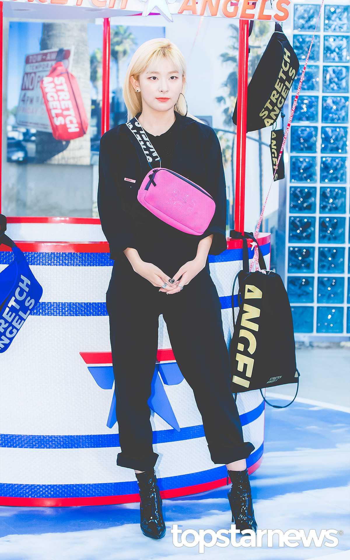 24歲代表-Red Velvet(SEULGI): 開始嘗試高跟鞋,大概就是這個年紀吧?要是害怕高跟鞋會讓你看起來太成熟,就像SEULGI一樣利用街頭性感風為主,雖然上半身都是利用比較帥氣的單品做搭配,但是最後選擇遺孀漆皮高跟靴,反而在酷炫的風格中找到一點女性魅力。