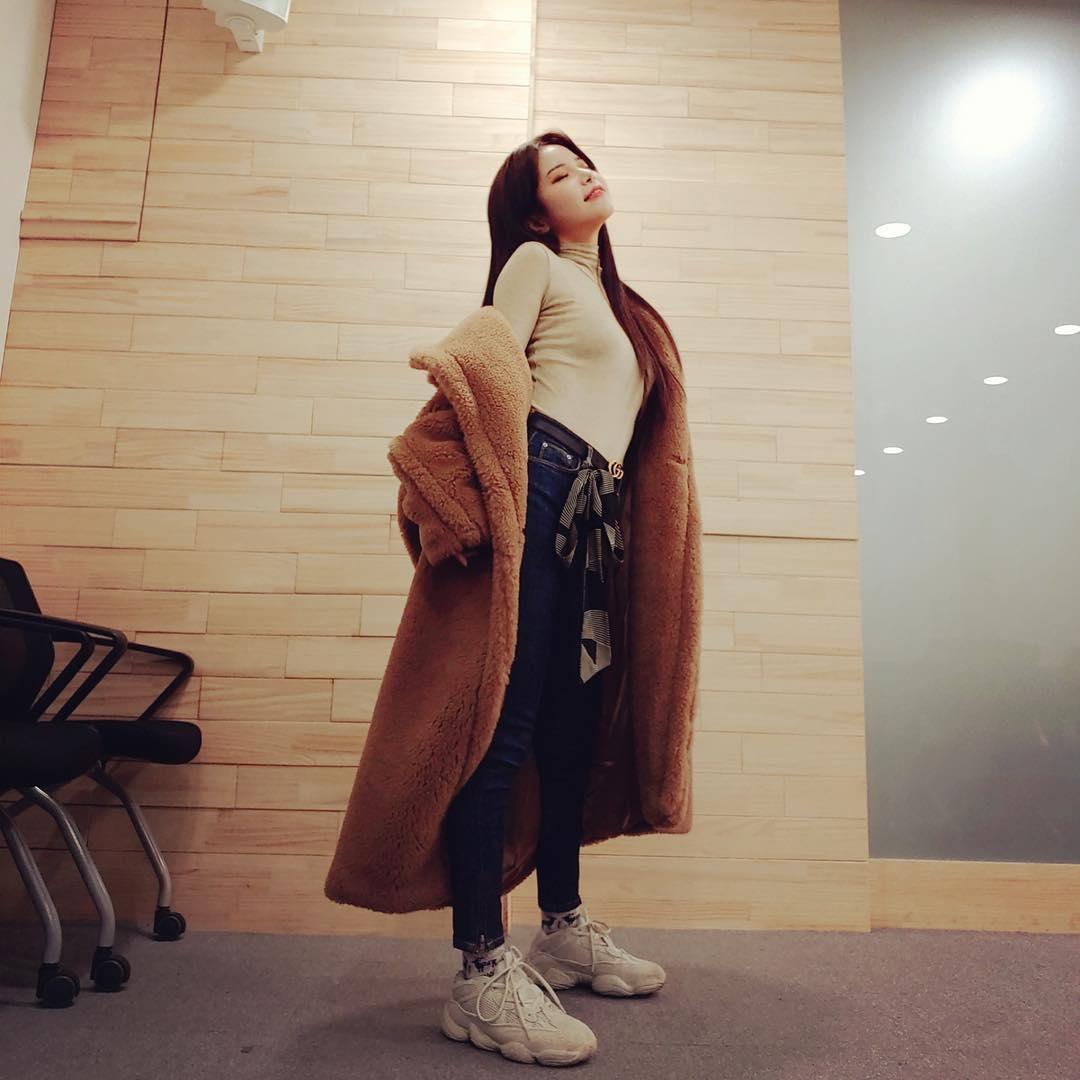 穿衣服要看年紀,穿得適合自己的年紀會比「穿得漂亮」要來的重要,想必不少年輕女孩有時候在挑選單品的時候都會猶豫:「這到底適不適合我呢?」那就跟著韓國女偶像穿,他們的年紀跟你差不多的話,秋冬就選擇這些單品搭配吧!