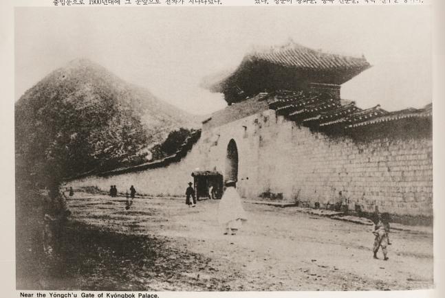 景福宮迎秋門在朝鮮時代是文武百官日常進出的門,1592年壬辰倭亂時景福宮被燒毀後,高宗時期由興宣大院君重建。日本殖民時期,1926年鋪設電車路線之後,周圍的石磚牆崩塌便一併拆除,到了1975年才修復成目前的樣子。
