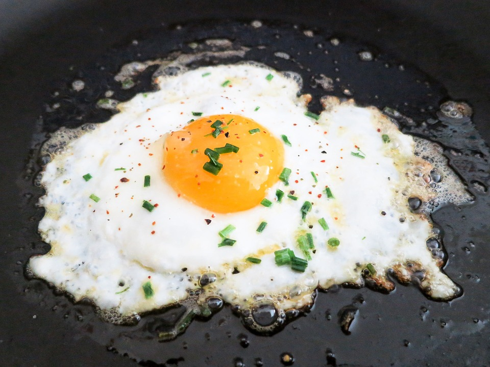 上傳文章的人(簡稱A男)平時很愛吃煎蛋,所以他到餐廳用餐時都會請廚房煎顆蛋,用完餐連煎蛋的錢一起結帳。