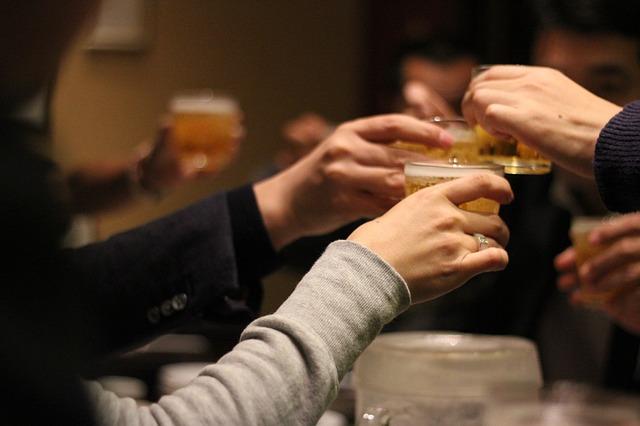 最近韓國因飲酒而引發的交通事故、暴力事件成爲人們熱議的話題,韓國政府方面也發佈了從2020年開始,禁止酒類廣告模特親自喝酒等相關政策。但隨著年末的臨近,月曆上充斥著年末酒會、尾牙等,各種約定和聚會的時間,而這些日程大部分是酒宴。