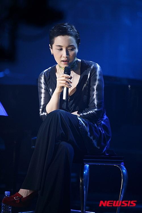 #李素羅 韓國實力女歌手李素羅也非常喜歡玩遊戲,雖然她給大家都是比較有音樂家的形象。在她出演過的節目中曾展現過超認真玩遊戲的樣子。而當時節目上公開她的遊戲成績,網友們驚訝表示 :「以她的成績每天玩6個小時,4年之內累積下來也很難完成」XD