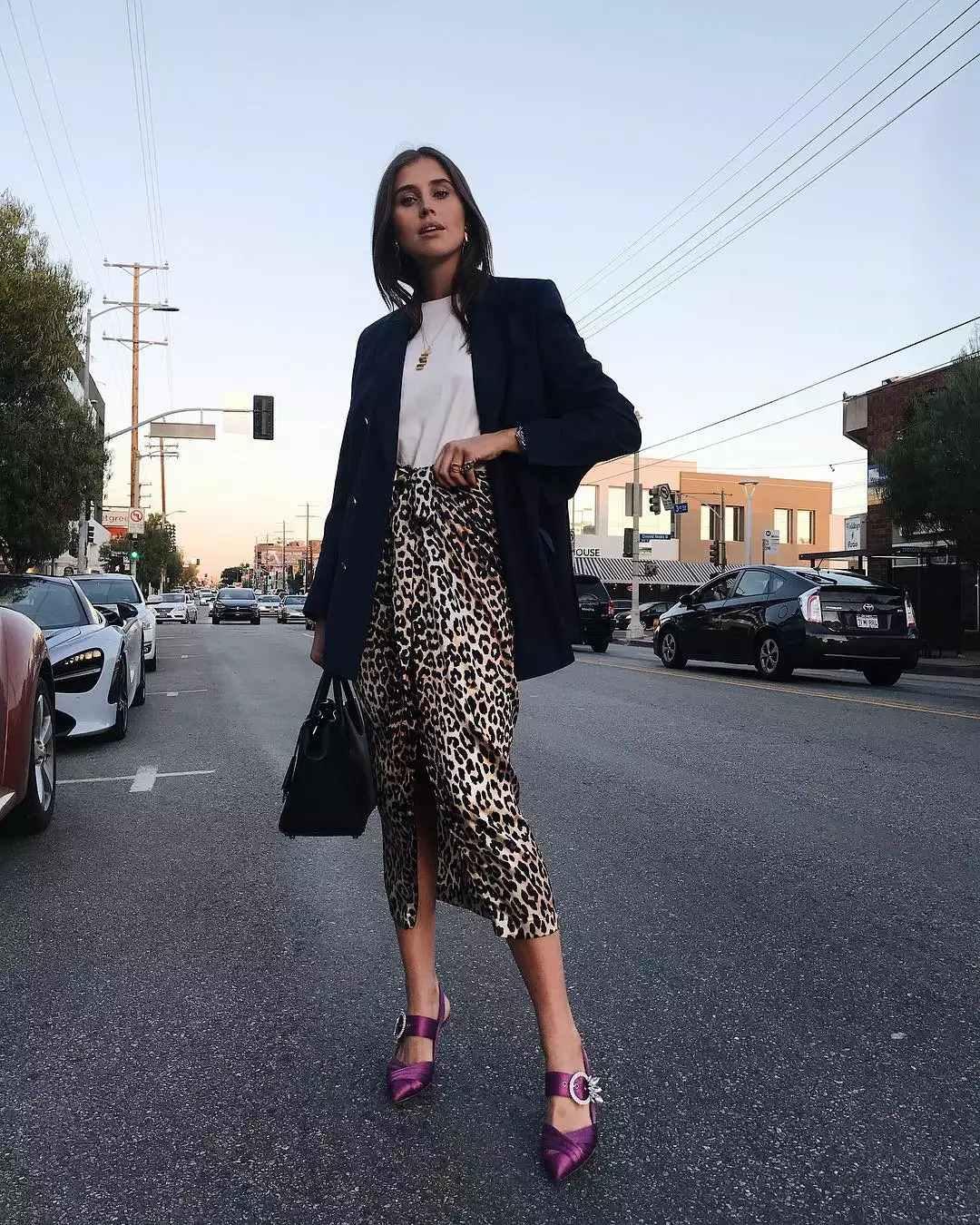 〝修身搭法,緊身窄裙配西裝外套!〞 覺得今年流行的豹紋單品太有負擔感嗎?豹紋圖案的緊身裙是值得推薦的一款,因為它基本的H線條不僅讓人看起來幹練,同時也有苗條的視覺效果!再加上開岔、緊身設計等細節的變化,又能帶來不同魅力。可以參考這位來自俄羅斯的Darja Barannik,搭配長度稍微遮住屁股的黑色西裝外套,可以同時遮住屁股和大腿肉,又可以打造高冷的氛圍,再加上色彩較鮮明的鞋子裝點就完美了!