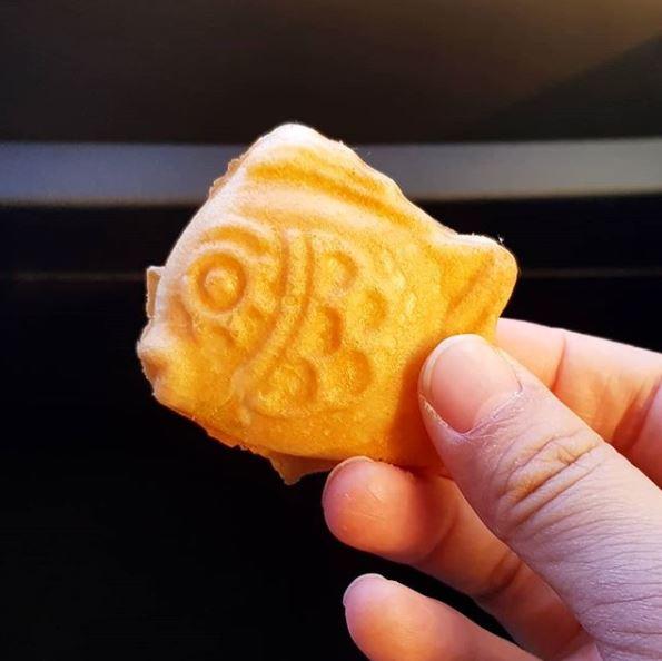 6、迷你鯽魚餅 超可愛的有沒有!!!這根本一口一個一下就吃完了啊~基本上在韓國,這個很常是父母買給小孩的小零嘴,但我們童趣一下也沒什麼不行啊~不想抓一整隻魚在手上啃的時候,這種一口解決的小東西再適合不過了!口味則是以紅豆和奶油為主,就看每攤老闆的心情了(?)