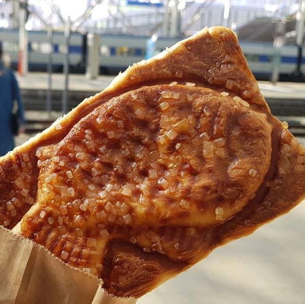 7、法式鯽魚餅 這個也是很會!他們將法國酥皮麵包的概念運用在鯽魚餅上,在酥脆的表皮上鑲入微甜的砂糖,內餡的口味就更厲害了!從原味、紅豆到蘋果混芒果、法式果醬、韓式糯米糕等特殊口味,讓你忍不住每種都買下去!(是我就會)這些鯽魚餅師傅們真的是...太邪惡啦~