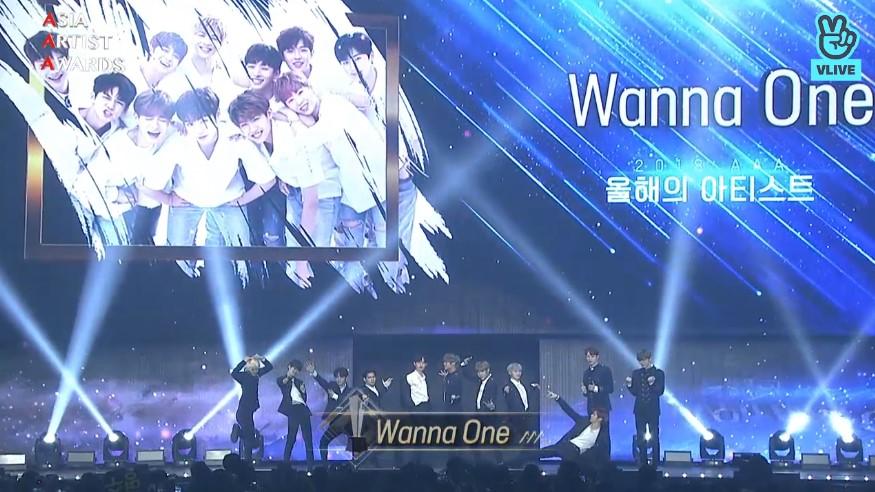 其他藝人在呼名後都是到舞台上跟粉絲們鞠躬感謝,在Wanna One上到舞台時,卻讓大家忍不住大笑了