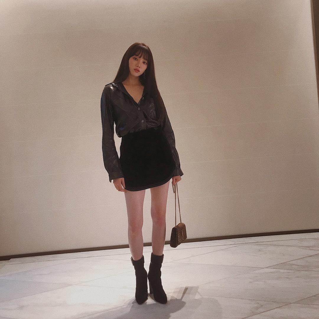 再來是新一代女神-李聖經!身材高挑、外型亮眼的她,雖然外表看似霸氣、有點兇,但個性卻非常活潑開朗,這樣的身材+外型優勢和反轉魅力,也難怪她成為韓國女星IG追蹤人數排行TOP5!