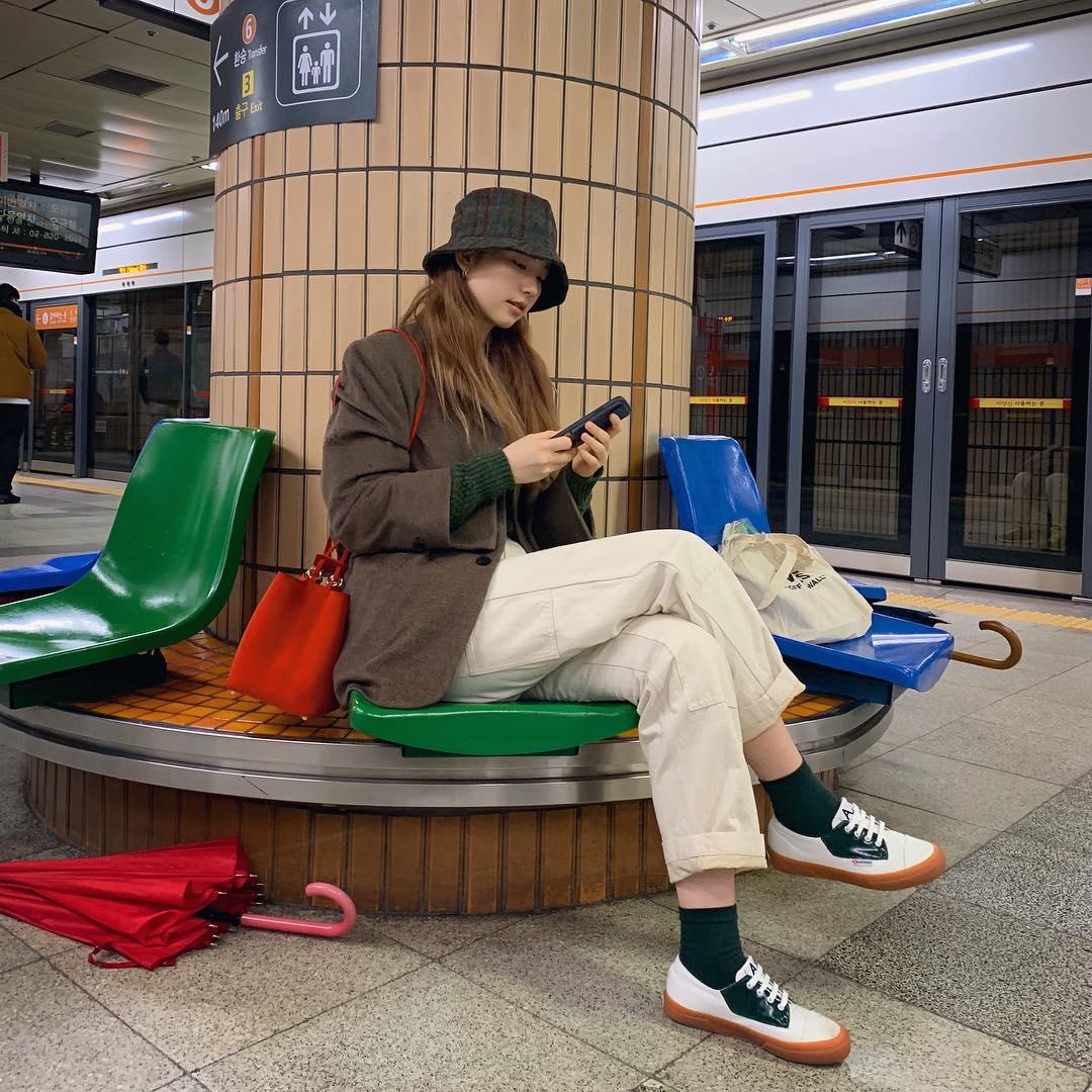 除了酷蓋風格,也可以很文輕風~簡單的西裝外套,巧妙的利用上衣、襪子、鞋子、帽子來做顏色的搭配,整身簡單卻又非常sense滿點~紅色的包包又是一大亮點XD