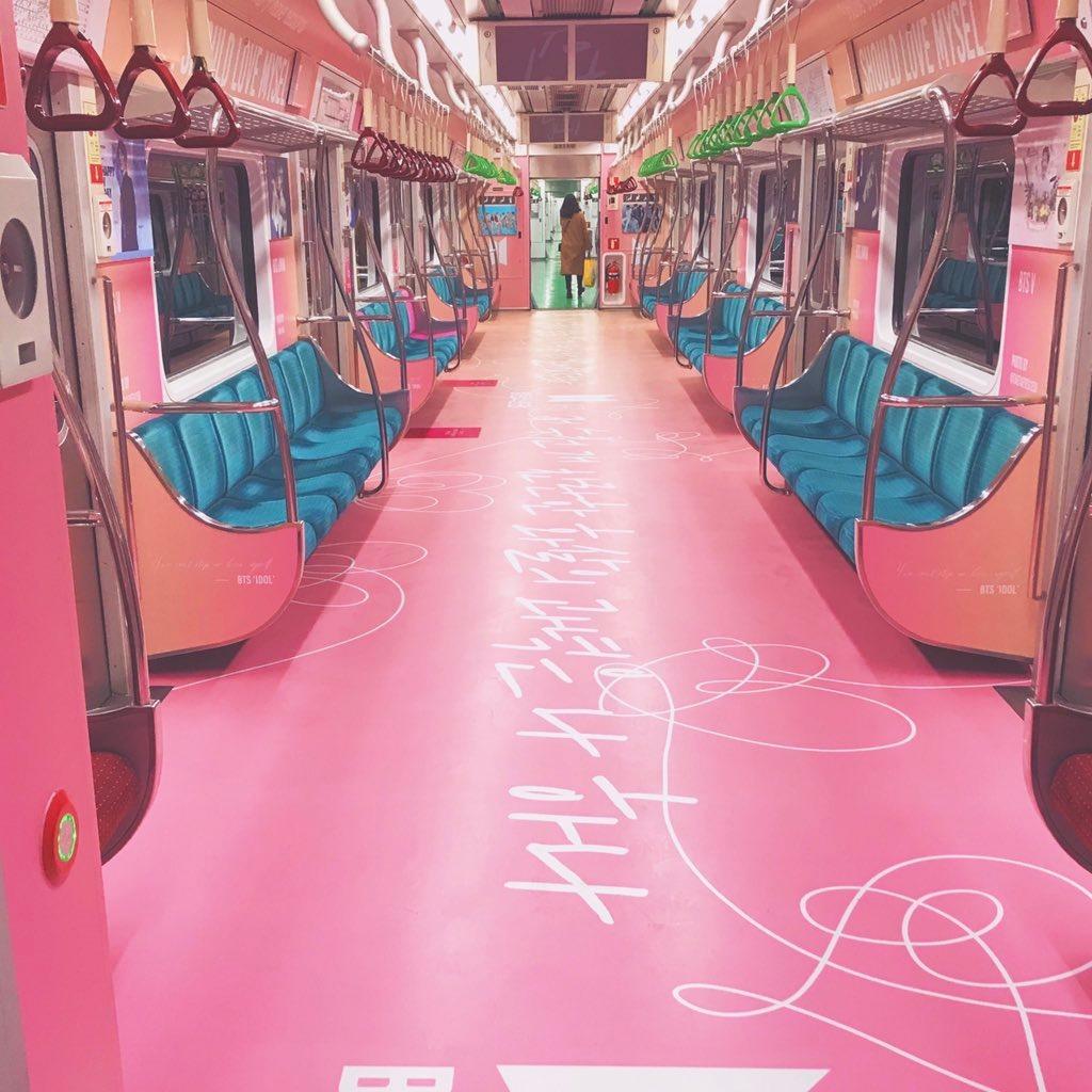 BTS車廂將會以粉紅色變身,靈感是出自於《Love yourself 結 'Answer'》這張專輯的封面。在車廂地板寫著歌曲中的歌詞「那數千燦爛的箭矢中,唯一的箭靶是我。」