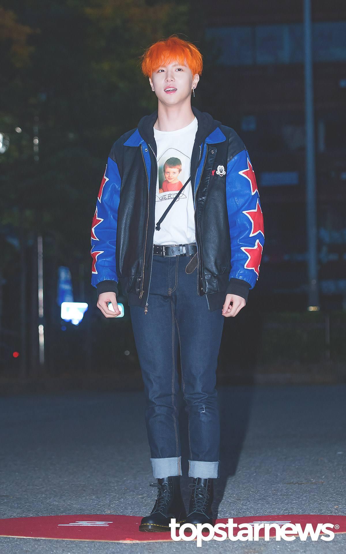 20歲-金東漢: 從最年輕的金東漢開始~果然年輕又有朝氣,利用一件夾克大衣配上鮮豔的星星設計,配上一件牛仔褲就可以看起來很有型!尤其在牛仔褲的位置利用反摺的方式配上軍靴,會讓比例看起來更完美喔!