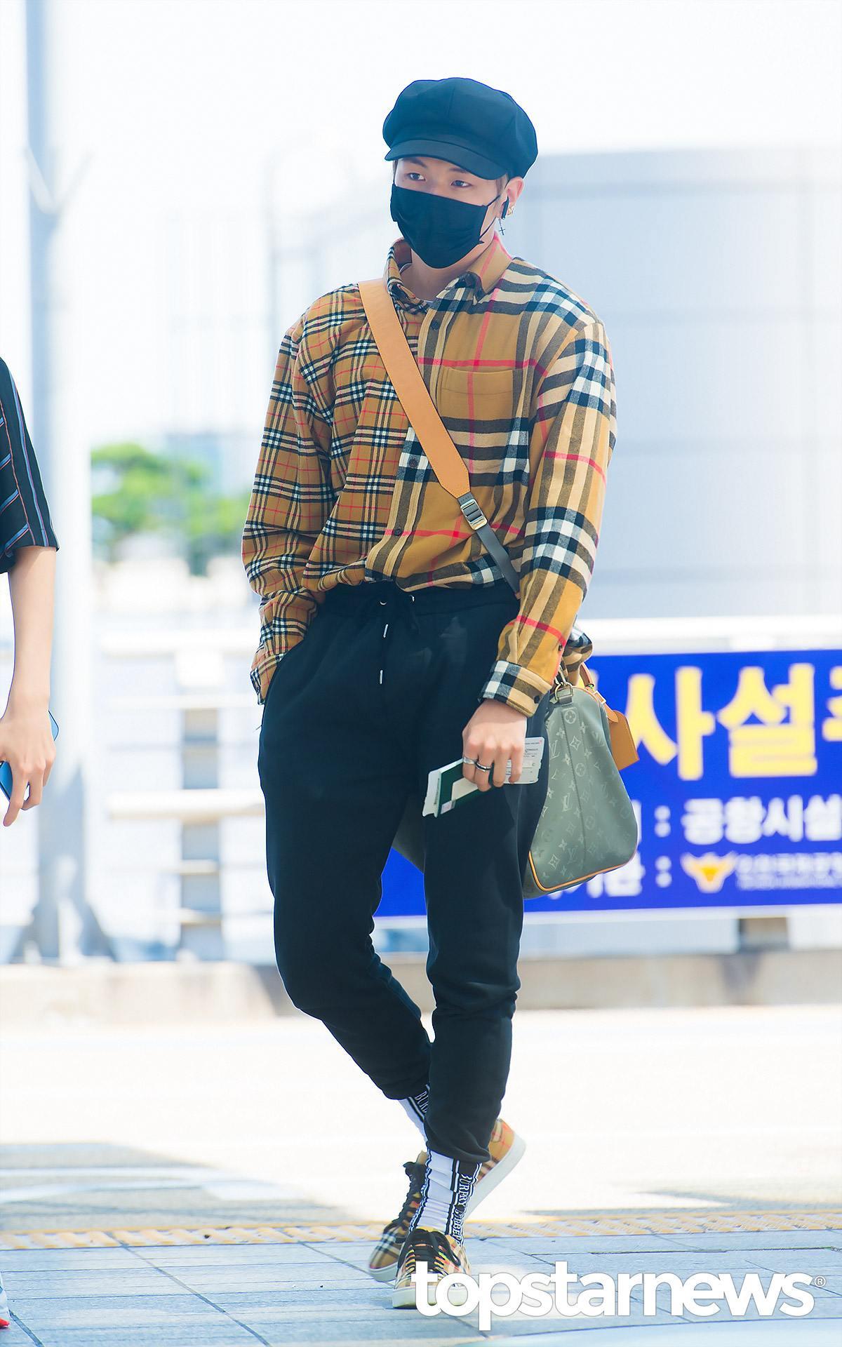 21歲-姜丹尼爾: 利用多種名牌(?)元素做結合,重點絕對是身上的格紋襯衫啦!利用拼接款的格紋襯衫,搭配一件黑色褲子和五角帽,看起來低調又有特色。