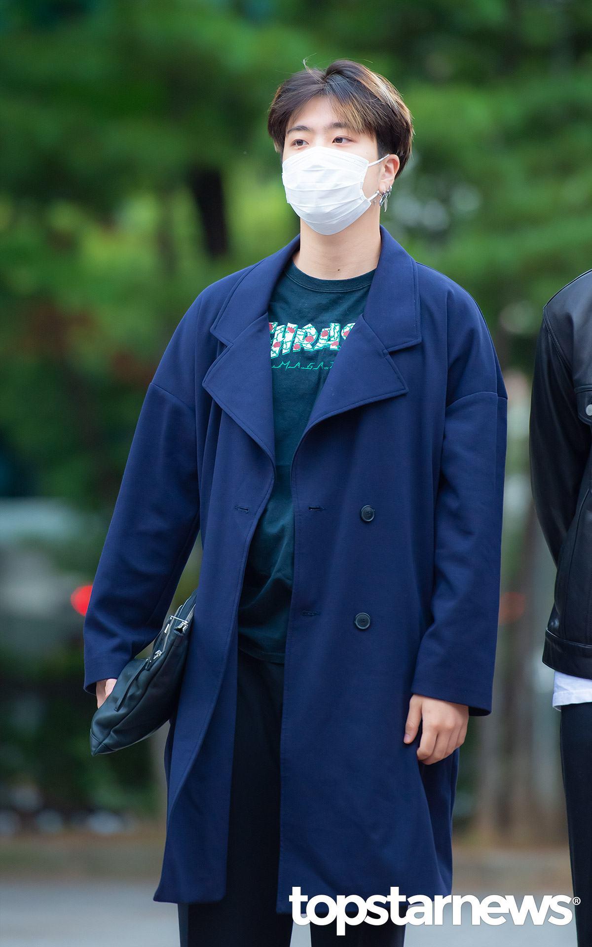 22歲-榮宰: 榮宰利用一件藍色的風衣外套配上全黑的內裡,這種穿搭的方式看起來非常有歐爸感,尤其利用手拿包凹造型,根本就是模特兒穿搭嘛~