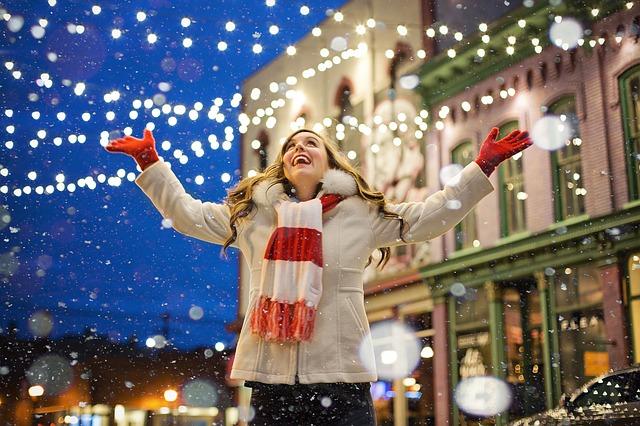2.大量商業廣告V.S獨自度過 華麗的燈飾、閃耀的聖誕樹、周圍幸福的家庭及戀人的模樣、電視和電子大螢幕廣告等,都值得一看,卻會讓這個時期獨自度過的人產生相對性的失落感。最近有很多針對單身族的聚會,和處在類似條件的人們一起度過也是減少憂鬱感的一種方法。