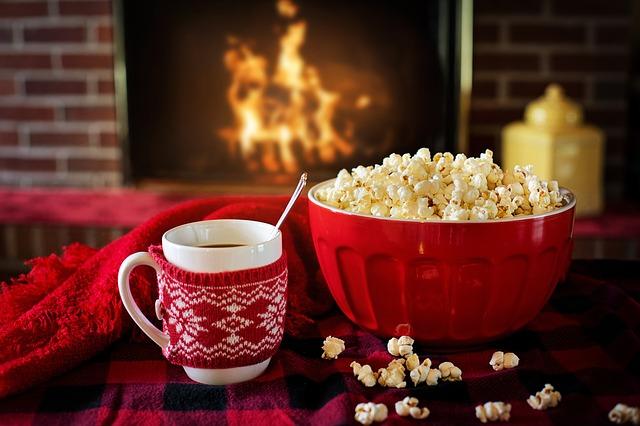 3.過度的期待感 聖誕節或新年不會發生像魔法一樣的事情。但是,很多人期待能夠發生意外的幸福事件。想像著窗外下著雪、客廳裡溫暖的壁爐、餐桌上放著各種豐盛的食物,周圍人笑容不斷的幸福模樣,但現實卻是平淡的。