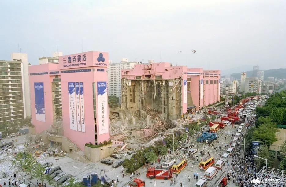 不知道大家有沒有聽說過韓國的三豐百貨公司,這個百貨公司曾是首爾最好的百貨公司。然而,在1995年6月29日下午,大樓突然開始倒塌,在20秒內,5層百貨大樓層層塌陷進地下4層內,共造成502人死亡,937人受傷,6人失蹤!