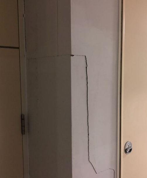 文中提到的大學,是位於京畿道富川市聖心校區的加圖立大學。而原PO就是該校學生,他表示:「宿舍大樓出現崩塌現象,柱子也出現了裂縫,地板還有裂痕,連宿舍門都打不開了。學生們去辦公室說明了自己的憂慮,但負責人卻說要等到放假才能解決。我們現在都很害怕,也不知道要去哪才能得到幫助!」