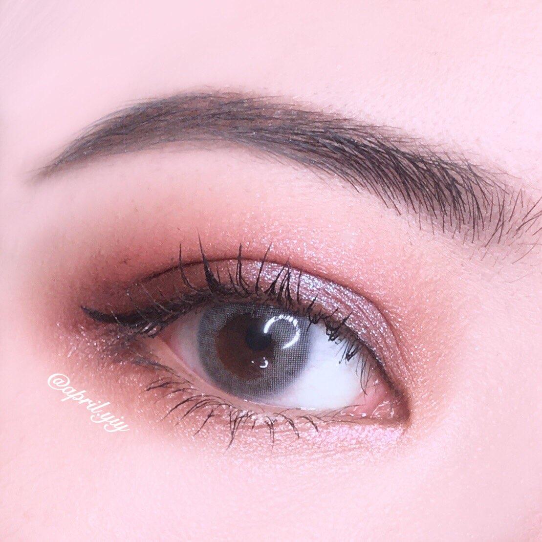 首先,眼妝的部分,我選擇用咖啡色作為眼窩的打底色,在用灰紫色的偏光眼影打亮眼皮中央的位置,偏光的眼影可以讓整個眼妝看起來更為立體,且隨者不同的角度眼妝呈現的色澤也會跟著改變,這樣會讓人更加focus在你的眼妝上,因為這個妝容就是用眼神來吸引人呀!