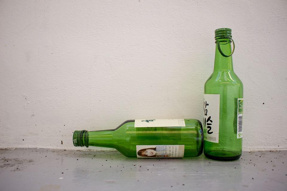 """其中最為人熟悉的就是翠綠酒瓶內裝著透明的燒酒。燒酒是蒸餾酒,一般蒸餾酒對酒瓶的顏色是沒有任何規定的,至於燒酒會用翠綠的酒瓶的原因,是因為某酒商想要提高""""潔白度"""",其他酒商品牌後來就跟著,所以一直沿用至今。"""