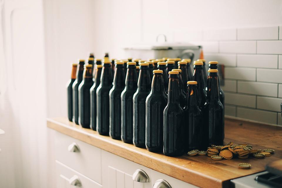 那麼同樣很受歡迎的啤酒呢?啤酒屬於發酵酒,啤酒的成分會因暴露在紫外線下的時間而變味,故此為了阻擋紫外線,加上考慮到啤酒會在瓶內繼續慢慢一點一點發酵和保管問題,而採用咖啡色的酒瓶!