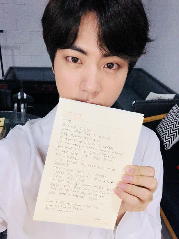 壽星Jin本人也在上傳一張滿滿親筆寫下的手寫信「大家好我是Jin,今天是我的生日,迎接生日的到來很開心,不僅僅因為是我的生日,更是因為看到阿米們在推特和官咖一起玩得很開心、一起享受模樣感到更快樂......