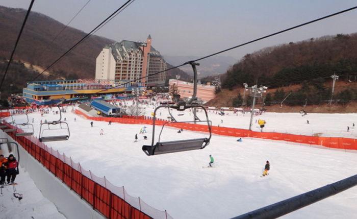 5. 양지파인리조트 스키장 地址:경기도 용인시 처인구 양지면 남평로 112 這是一個位於京畿道龍仁市的綜合度假村的滑雪勝地。當異常升溫現象發生時,冷卻塔在適當時間供應雪,而此裝備在韓國是第一次設置的。(12/15開放) 翻譯自:insight