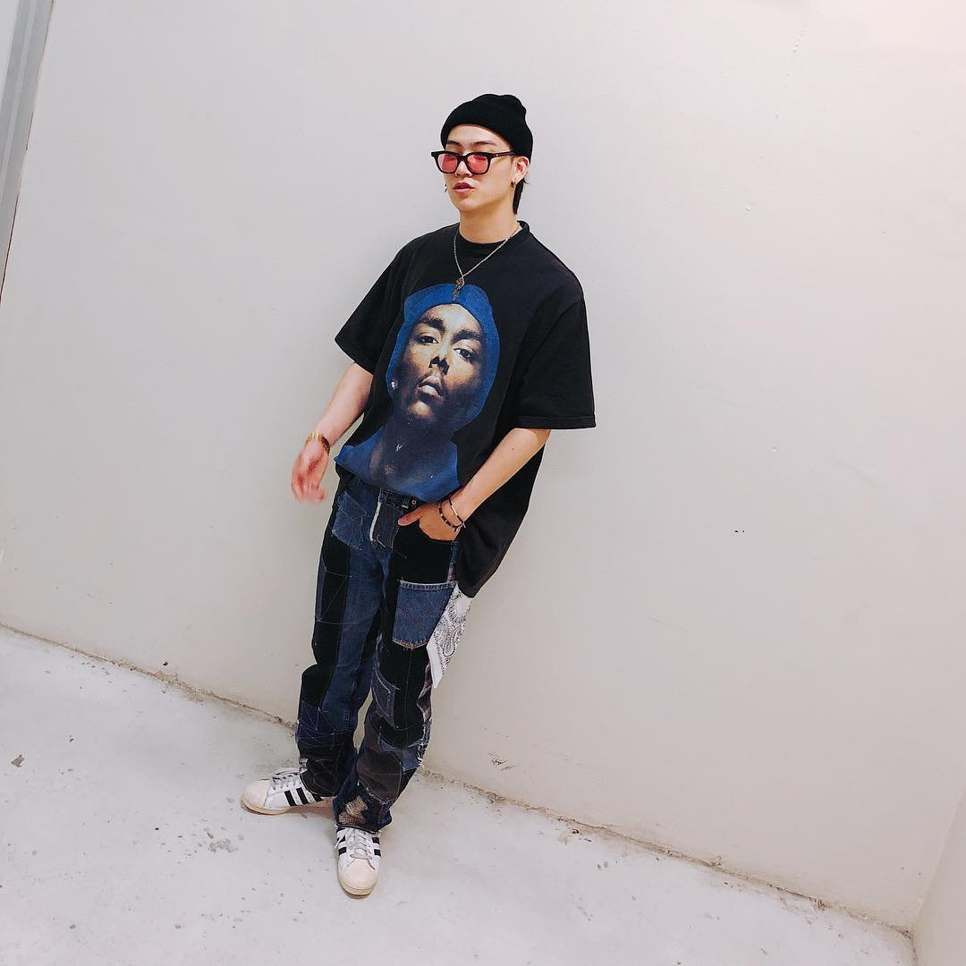 鳥圈夢想自然人隊長JB 平時的私服也是滿滿的swag~oversize的上衣配上鬆鬆垮垮的褲子,耳環、項鍊、戒指各式各樣飾品也是JB私下穿搭的一大重點!