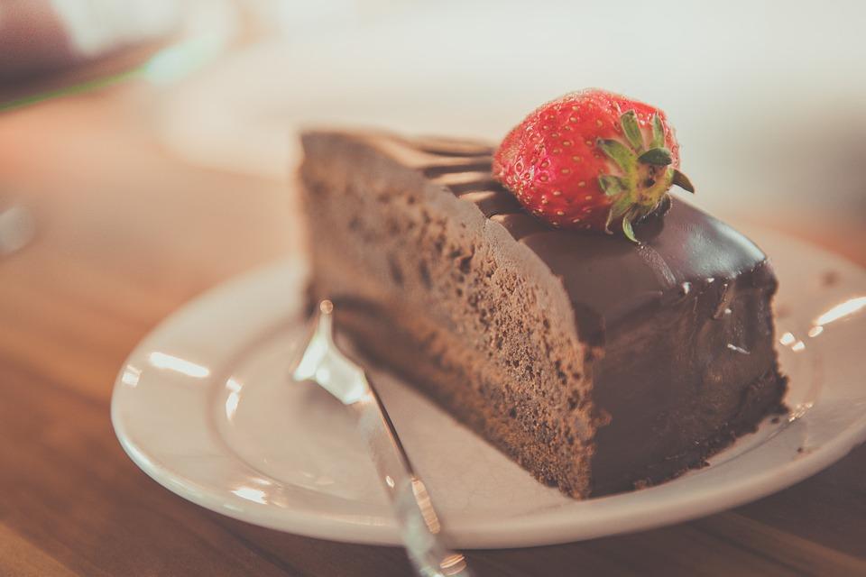 6. 即使很飽,甜點也是必須的 一起吃完飯後從餐廳出來時,試著對女友說「我的女友大人~現在我們去吃蛋糕吧!」在那一瞬間,你將會成為整個國家最有sense的男人。有人曾說過女人吃飯的胃和甜點的胃是分開的(這句話即使沒有科學根據也無條件正確!)