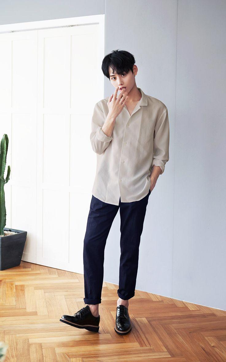 2.「穿上九分褲吧。」 垮褲球褲通通OUT!! 舒服的球褲棉褲留著平常在家或是運動時再穿,垮褲同樣也別在約會時出現。素色的九分褲配上靴子或是皮鞋,一般的長褲偷偷往上捲一圈,一樣會有相同效果。穿上九分褲,不僅展現修長的腿,還可以顯現出良好的比例,微微露出的腳踝,還帶點sexy感,包準女伴多看你兩眼!