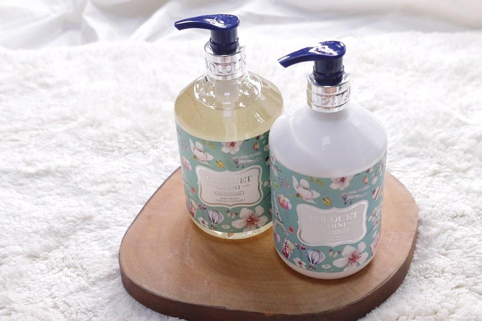 #Bouquet Garni 優雅香水乳液(右)【原價446->特價249】:身為外貌協會一員,每次都要介紹包裝漂亮又好用的產品啊XD 這款身體乳液有4種不同的香味,而且不同的香味也有相對應不同的包裝。不管是甜美的花香、舒服的麝香還是清新的棉花香氣,都可以在這裡找到。這款藍底沐浴乳及身體乳就是清新海洋香,有著舒服的肥皂香氣,有點像是可以在小寶寶身上聞到的柔軟香味~