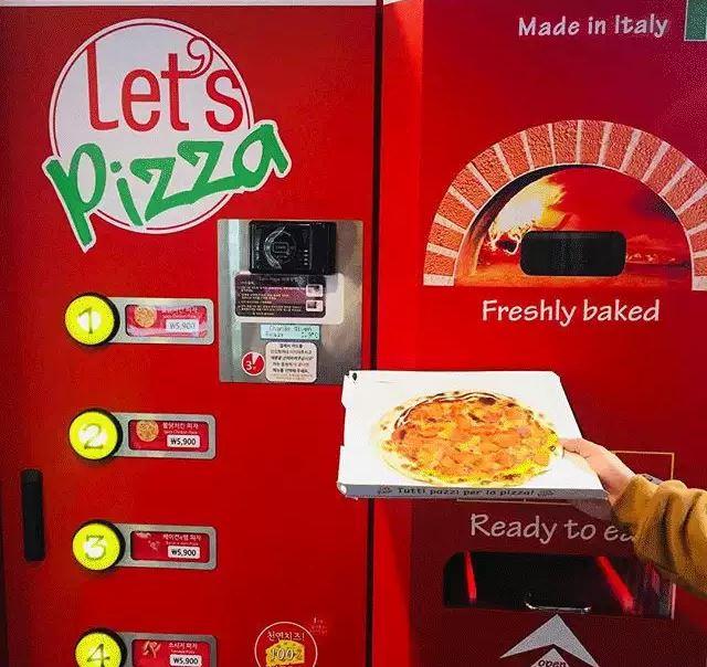 自動販賣機的王者來啦~它是現點現做的pizza喔!現點現做!一點都不馬虎!熱騰騰出爐!(很激動)從點完餐到包裝完成只要3分鐘的時間,價格也是韓國一般pizza的一半左右,雖然這不是韓國品牌,但也在韓國掀起了一陣討論呢!很多人因為對它的好奇而去嘗試後表示真的有被它的味道驚艷到!只可惜它主要出現在一些休息站、旅遊地等場所,比較不是市中心能遇到的販賣機QQ(所以有遇到的話絕對要來一份啊~)