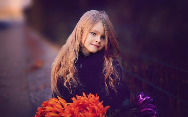她說自己小時候很漂亮,走到哪都有人稱讚,「好漂亮的女兒」、「好漂亮的學生」,好像所有關於她的名詞都能冠上一個漂亮來當形容詞。但到中學時期,不知道怎麼回事原本有的雙眼皮不見了、觀骨也變大,總之整張臉都走樣了。