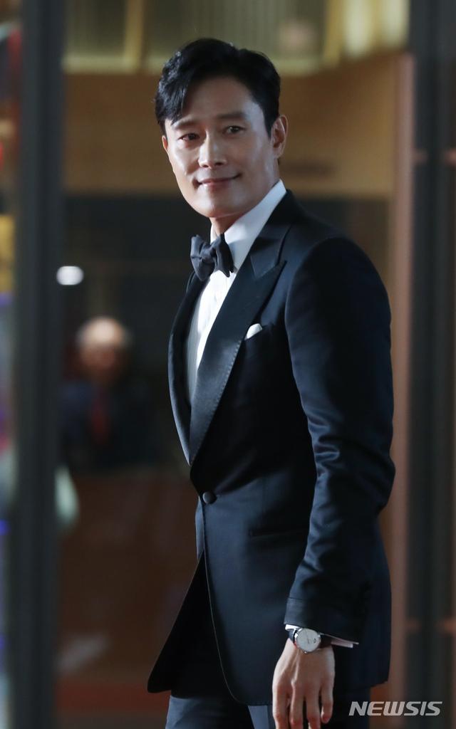 另一個代表作就是《All In 真愛宣言》,搭配的男演員就是剛在頒獎典禮「2018 AAA」獲得大賞的李秉憲,不只如此,他也在第二屆「The Seoul Awards」中以《陽光先生》這齣劇同樣奪得大賞!