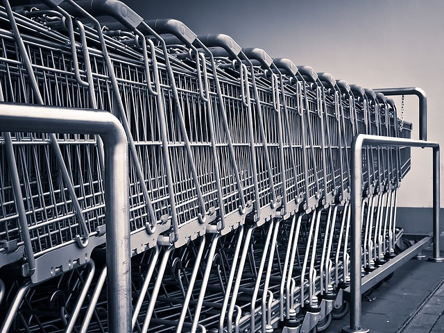 一名網友A出於好心幫忙,卻被誤以為是綁架! 前幾天,網友看到超級市場正在做打折活動,所以打算逛一下有沒有好買的,正在走的時候,卻看到一位大約5歲左右的女孩自己獨自坐在電動扶梯旁邊。