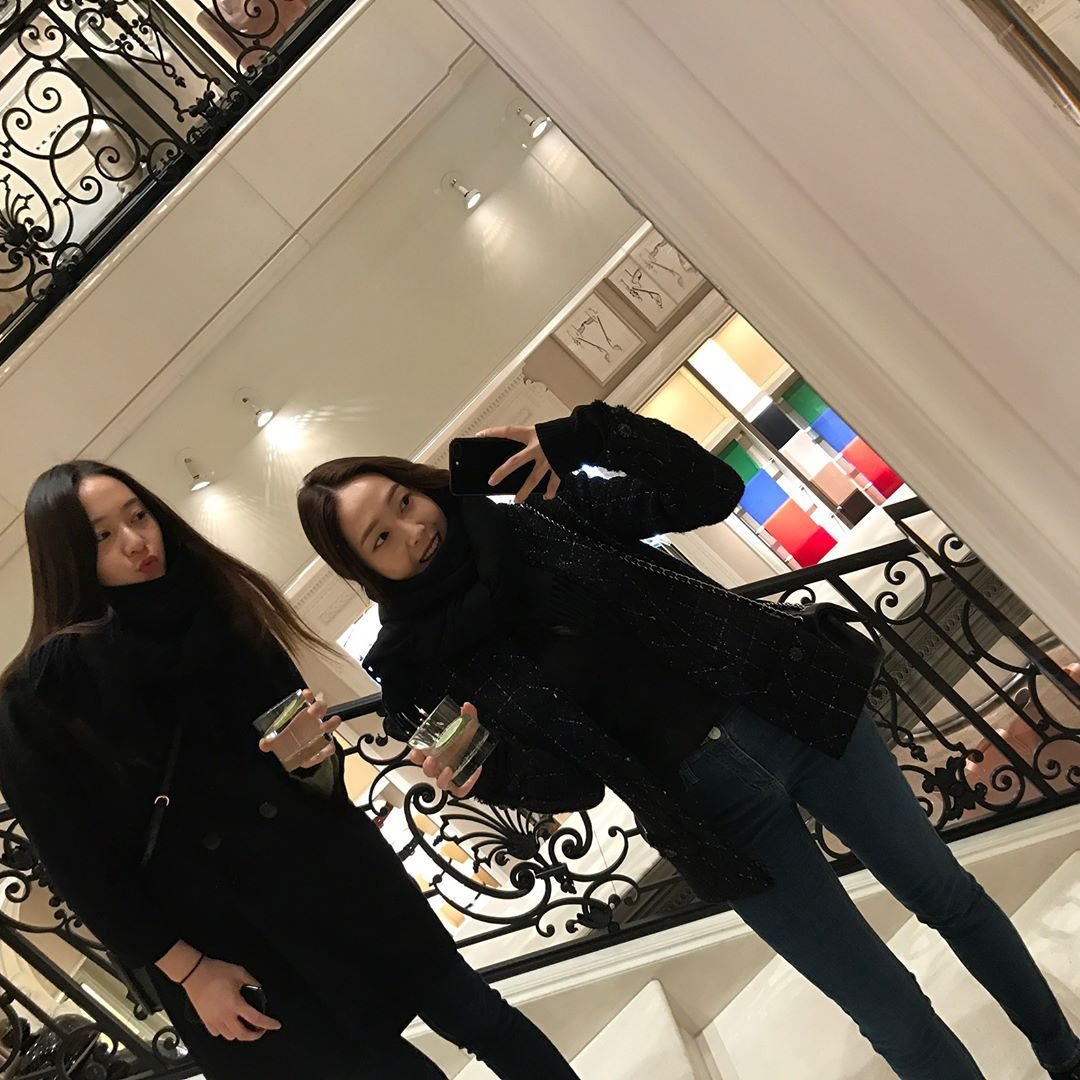 韓國演藝圈裡的代表姊妹花就是JESSICA與KRYSTAL這對姊妹啦~兩人相愛相殺的日常圈了不少粉絲,兩人的實境節目《Jessica & Krystal》更是鄭式迷絕對不能錯過的節目!