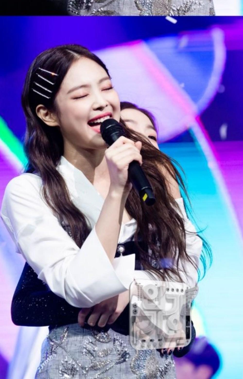 這個月初的人氣歌謠日前回歸的Red Velvet也在場,當JENNIE進行一位安可舞台時有位Red Velvet的成員突然出現給了她一個背後抱,那就是IRENE!!!