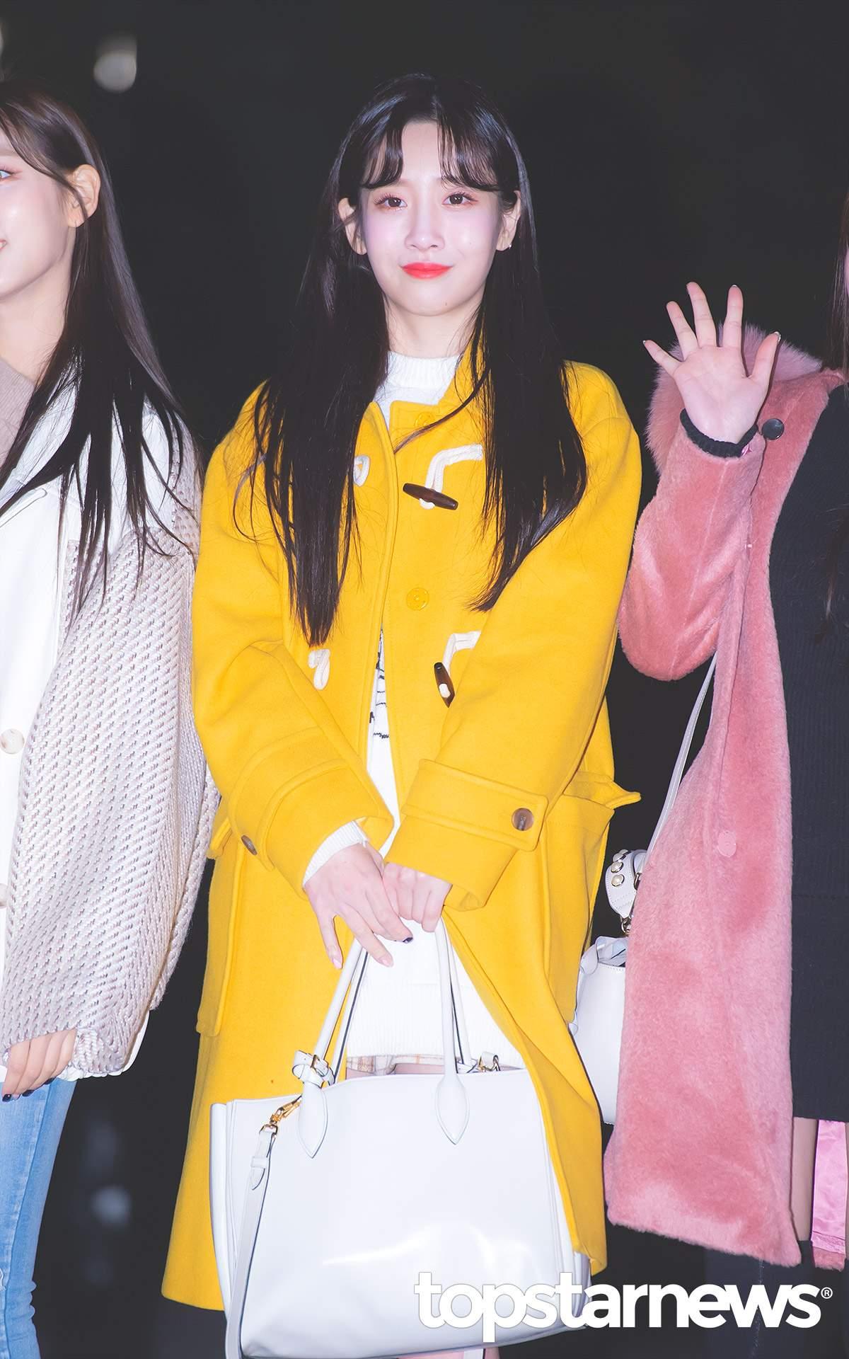 最後是智愛的超亮眼黃色牛角外套!同樣是萬年不敗的牛角外套總是給人感覺青春可愛~智秀身上的這件黃色外套則是更加的有特色!朋友們在遠處一定一眼就看到你!跨年就決定穿這件啦XD