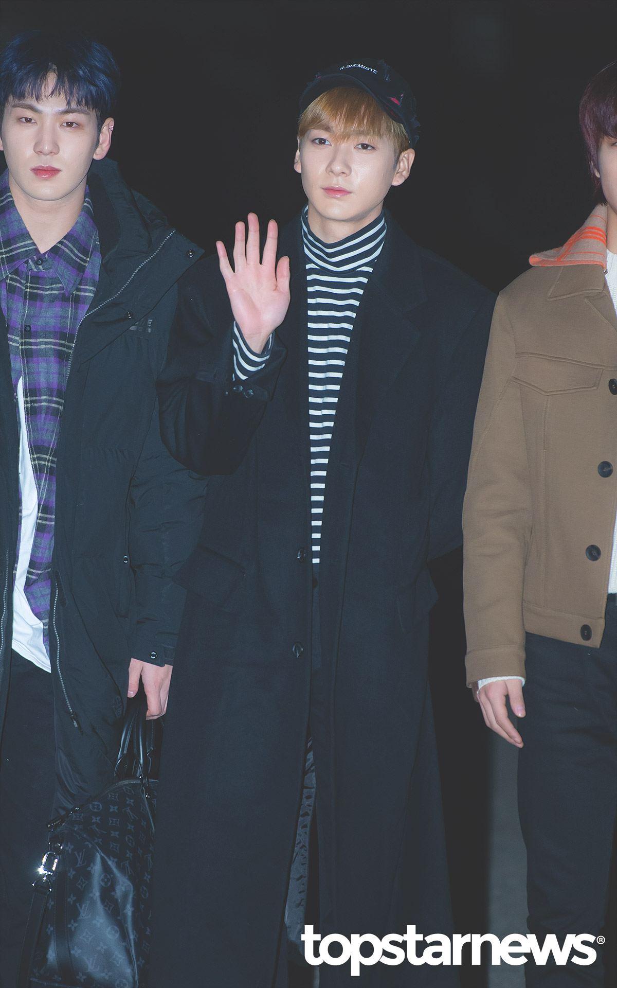 大哥Aron則是選擇百搭黑白條紋上衣配上黑色長大衣與鴨舌帽,深色系列的穿搭給人感覺成熟穩重,但搭配帽子又不會顯得這麼嚴肅~
