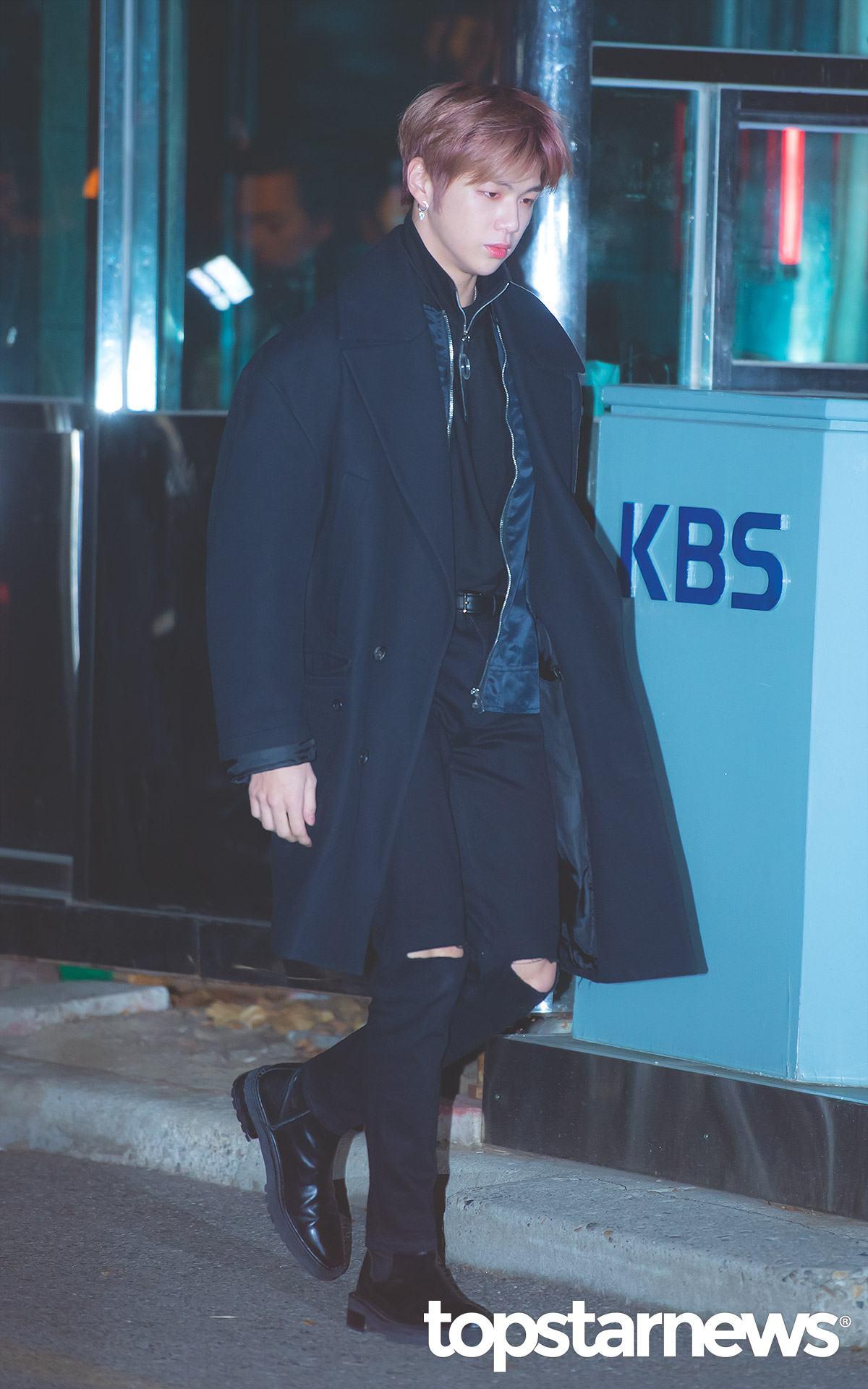 一身藍黑色系穿搭的姜丹尼爾則是在長大衣外套裡搭配一件飛行外套,不僅保暖也讓整體造型更有層次感!破褲搭配黑色的雀爾喜靴的混搭風格讓時尚與帥氣指數直接暴表!(這位哥哥也是來走秀的吧XD