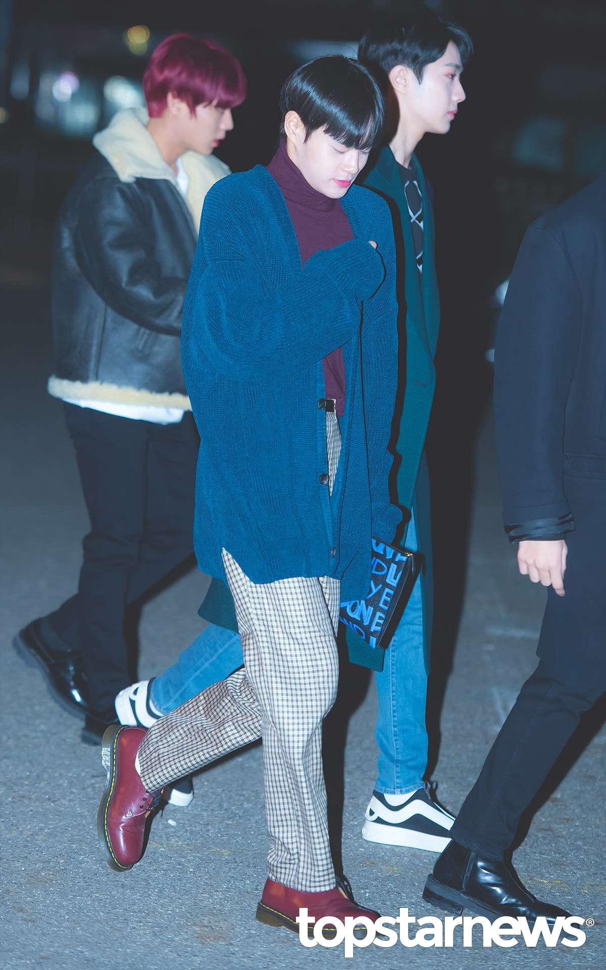大輝則是選擇格暗紫色高領上衣搭配藍色長版針織外套,藍色的手拿包與外套顏色相呼應,紅色的三孔馬丁靴則是和暗紫色的上衣做搭配,格紋長褲更是充滿了滿滿的學院風,不愧是sense滿分的大輝!